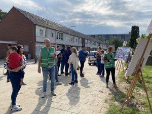 Bewoners van de Hyssopstraat luisteren en denken mee over het opknappen van de Kruidenbuurt