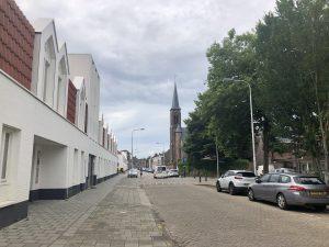 Gedeelte van de Lange Nieuwstraat met in de achtergrond de toren van het Clarissenklooster