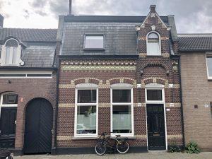 Vooraanzicht van een van de huizen in de Lange Nieuwstraat