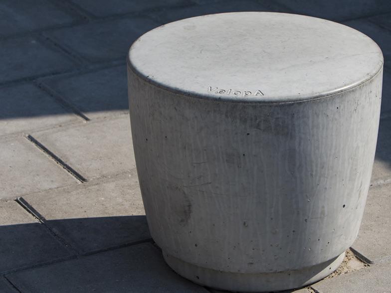 Foto van een grijze betonnen stoel